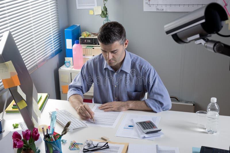 El jefe le está mirando foto de archivo libre de regalías