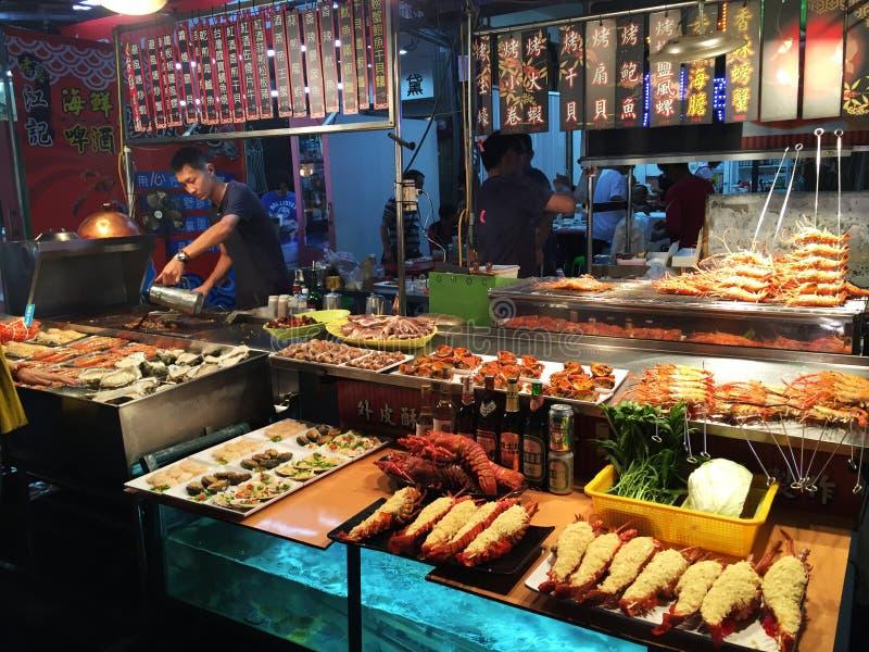 El jefe prepara los mariscos para ser vendido en mercado de la noche de Gaoxiong imagen de archivo