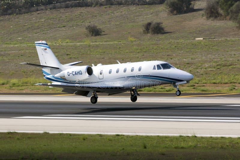 El jet del negocio momentos antes de aterriza foto de archivo libre de regalías
