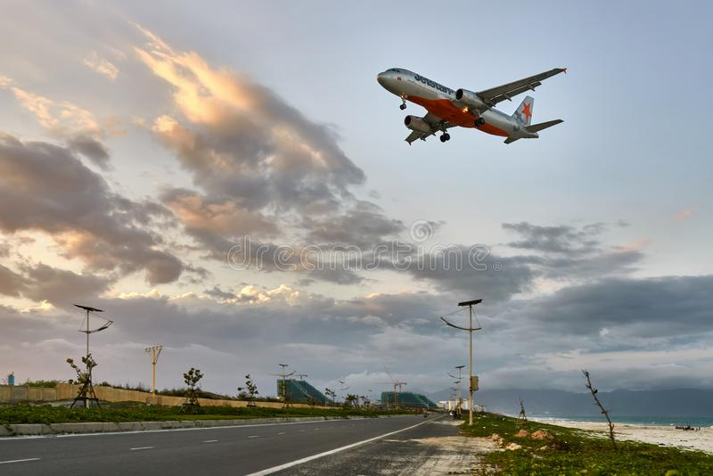 El jet va al aterrizaje al aeropuerto de Ranh de la leva en Vietnam fotos de archivo