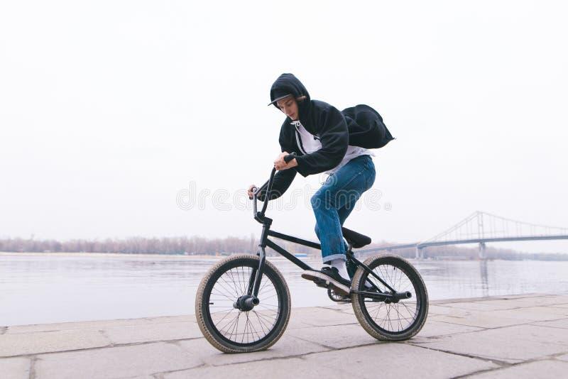 El jinete de BMX monta una bici en el aire abierto Concepto de BMX Estilo de la calle fotografía de archivo libre de regalías
