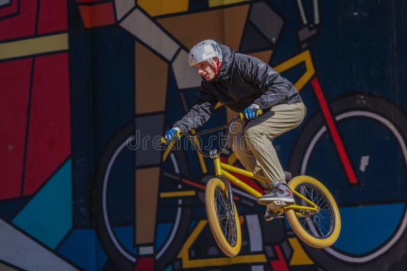 El jinete de BMX realiza un truco foto de archivo