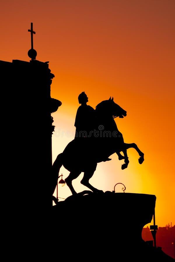 El jinete de bronce en la puesta del sol en St Petersburg fotografía de archivo