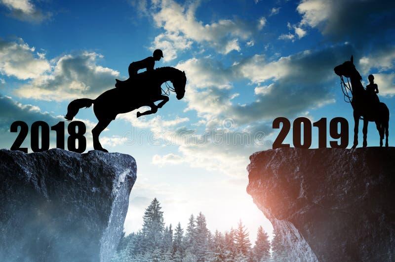 El jinete en el caballo que salta en el Año Nuevo 2019 imagen de archivo