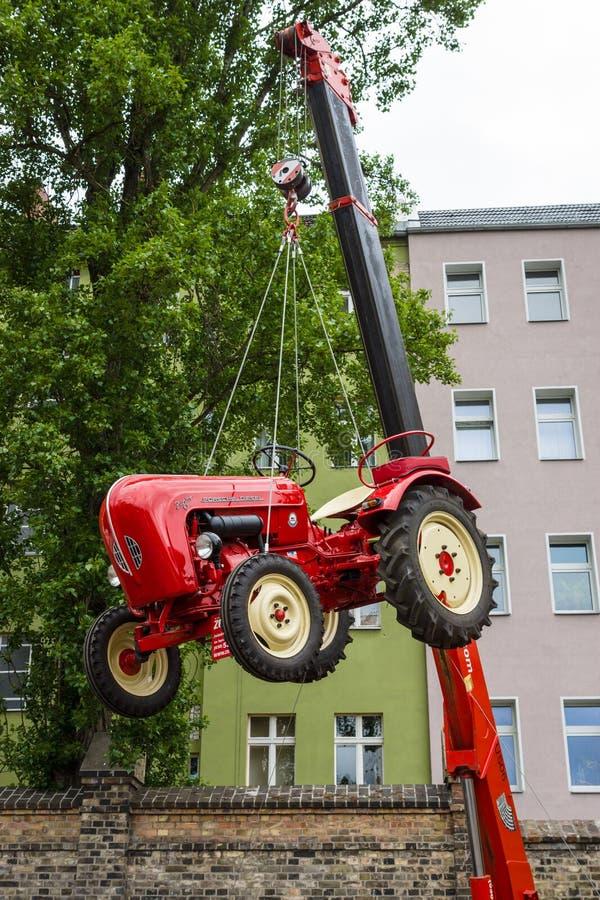 El joven Porsche-diesel del tractor imagenes de archivo