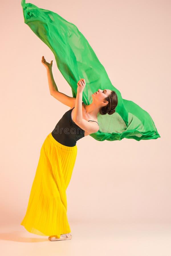 El joven y la bailarina increíblemente hermosa está bailando en el estudio imagen de archivo