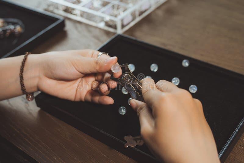 El joyero que hace de piedra hecha a mano gotea la joyería imagenes de archivo