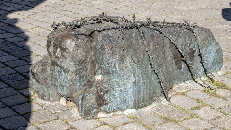 El judío de arrodillamiento, parte del monumento de Vienna's contra guerra y fascismo fotos de archivo