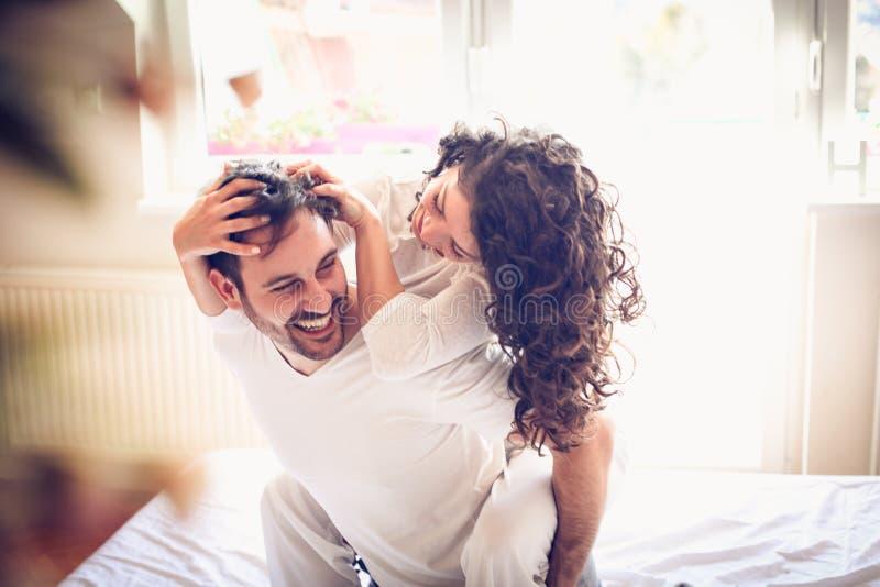El juego con la persona cariñosa en la mañana hace su día feliz imagen de archivo libre de regalías