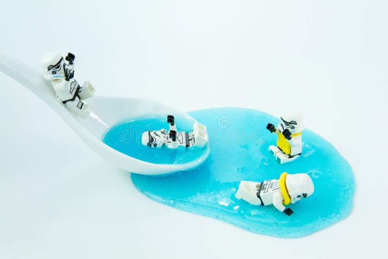 El juego de las Guerras de las Galaxias de Lego resbala dentro del agua fotografía de archivo