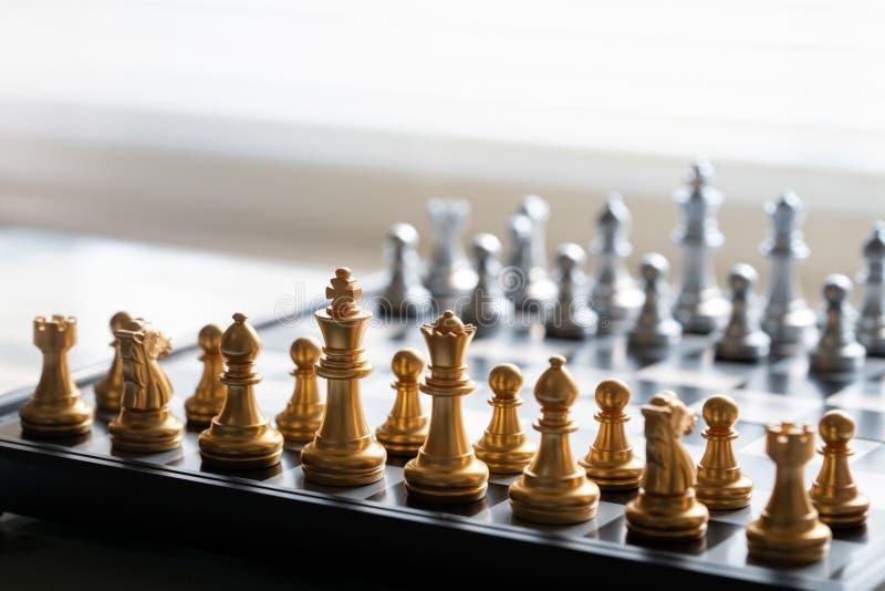 El juego de tablero de ajedrez representa el concepto de estrategia empresarial, planificación, decisión y competencia. fotografía de archivo libre de regalías