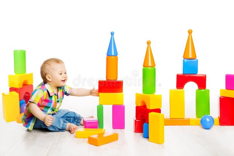El juego del bebé bloquea los juguetes, ladrillos coloridos del edificio el jugar de niño foto de archivo libre de regalías