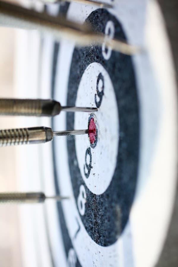 El juego del dardo se pega hacia fuera en el centro del rojo imagen de archivo