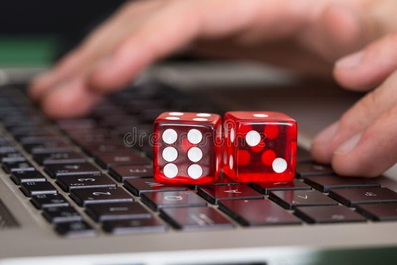 El juego rojo corta en cuadritos en el ordenador portátil fotos de archivo