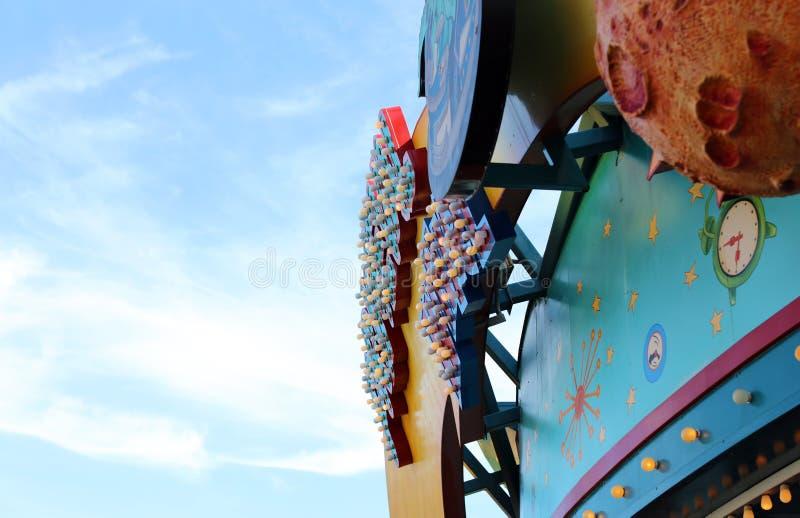 El juego se enciende en el parque temático o la feria, lugar de la diversión para la reconstrucción de la familia foto de archivo
