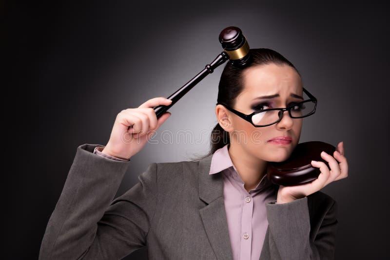 El juez de la mujer con el mazo en concepto de la justicia imagen de archivo libre de regalías