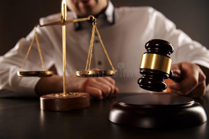 El juez masculino batió el mazo de madera en el escritorio Concepto del abogado fotos de archivo