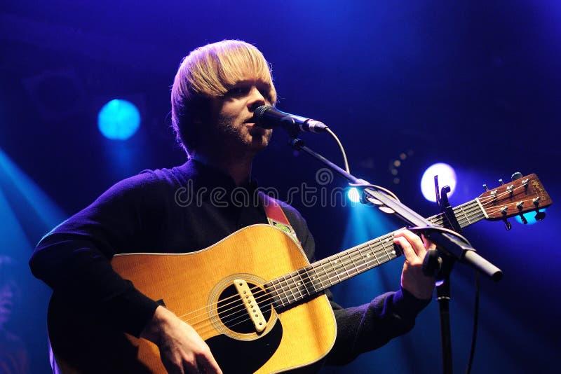 El jugador acústico del cantante y de la guitarra del coral, se realiza en el lugar del Razzmatazz imagen de archivo libre de regalías
