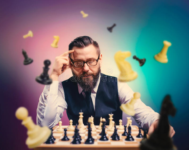 El jugador de ajedrez calcula películas y estrategia del juego fotografía de archivo