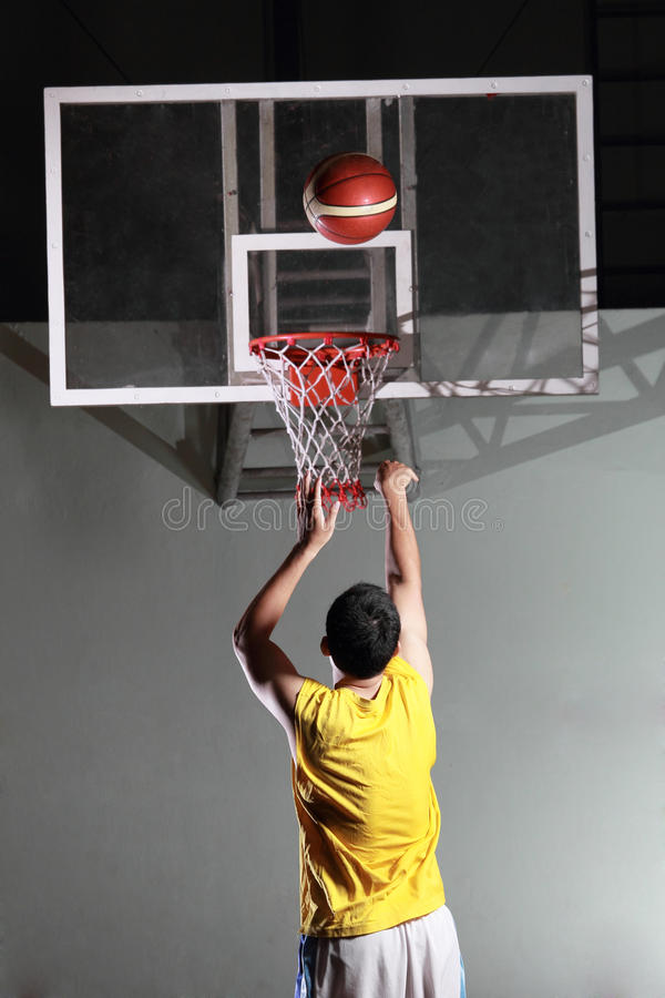 El jugador de básquet se prepara imagenes de archivo