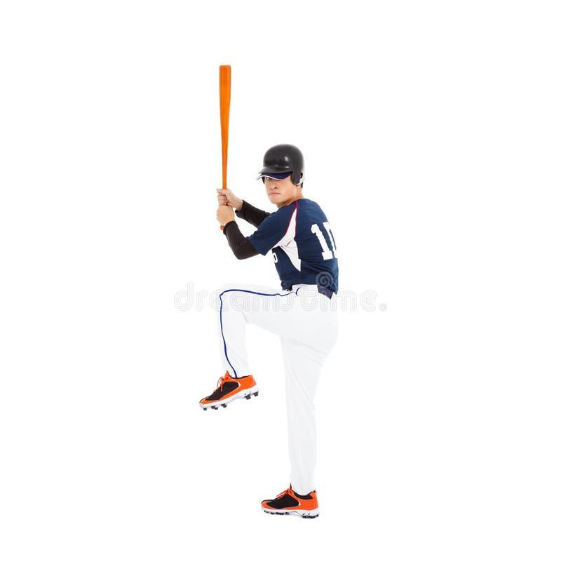 El jugador de béisbol con el palo y alista para golpear foto de archivo