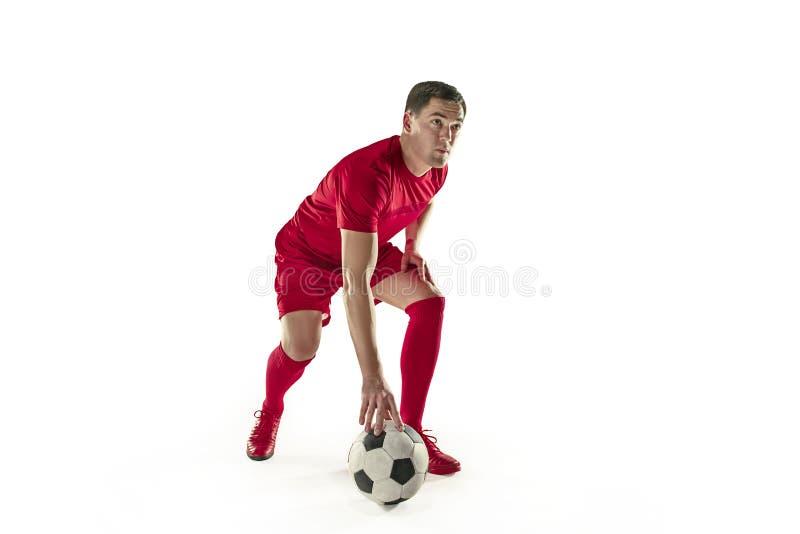 El jugador de fútbol del fútbol profesional con la bola aisló el fondo blanco foto de archivo libre de regalías