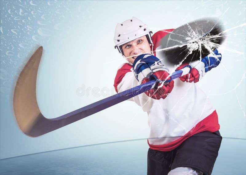 El jugador de hockey agresivo tiró en el vidrio del frente de la cámara fotos de archivo