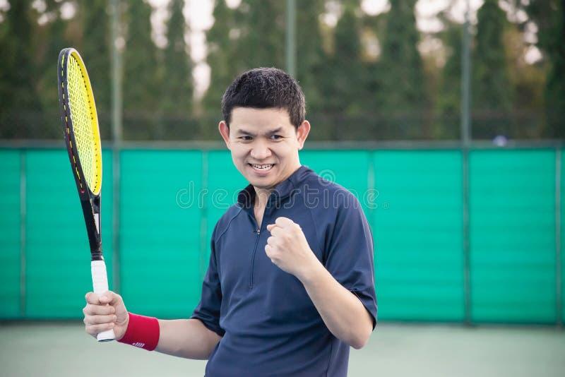 El jugador de tenis expresa su victoria en el juego imagenes de archivo