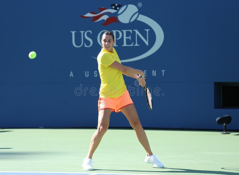 El jugador de tenis profesional Flavia Pennetta de Italia practica para el US Open 2013 en Arthur Ashe Stadium imágenes de archivo libres de regalías