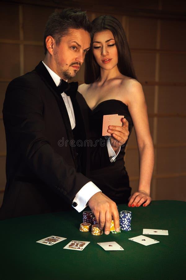 El jugador serio hace grande para apostar en juego de póker foto de archivo libre de regalías