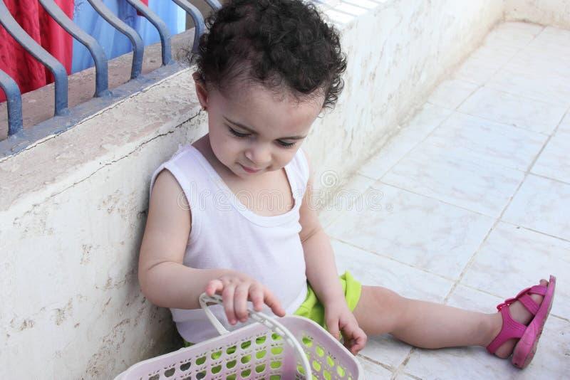 El jugar árabe del bebé imágenes de archivo libres de regalías