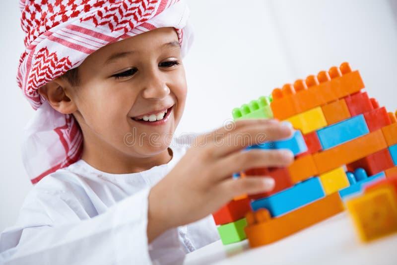 El jugar árabe del niño pequeño imagen de archivo libre de regalías