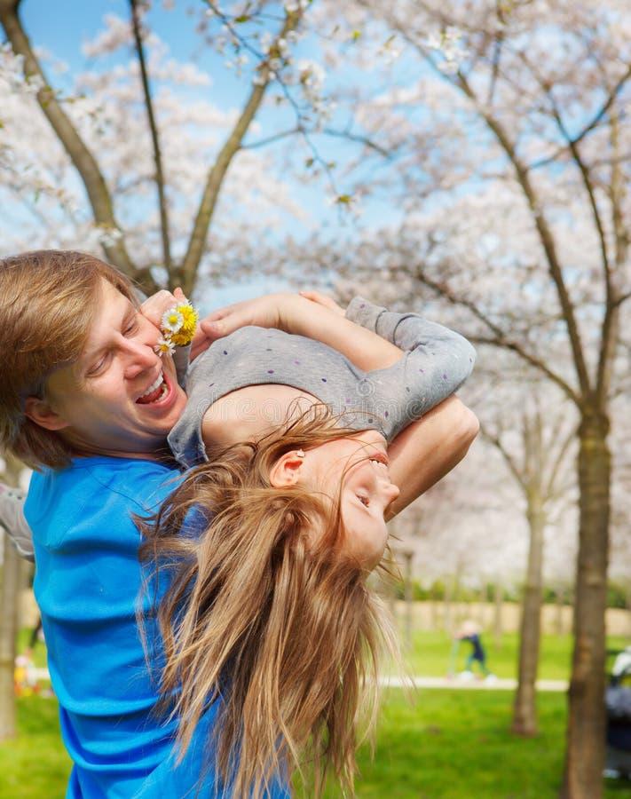 El jugar alegre del papá y de la hija imagenes de archivo