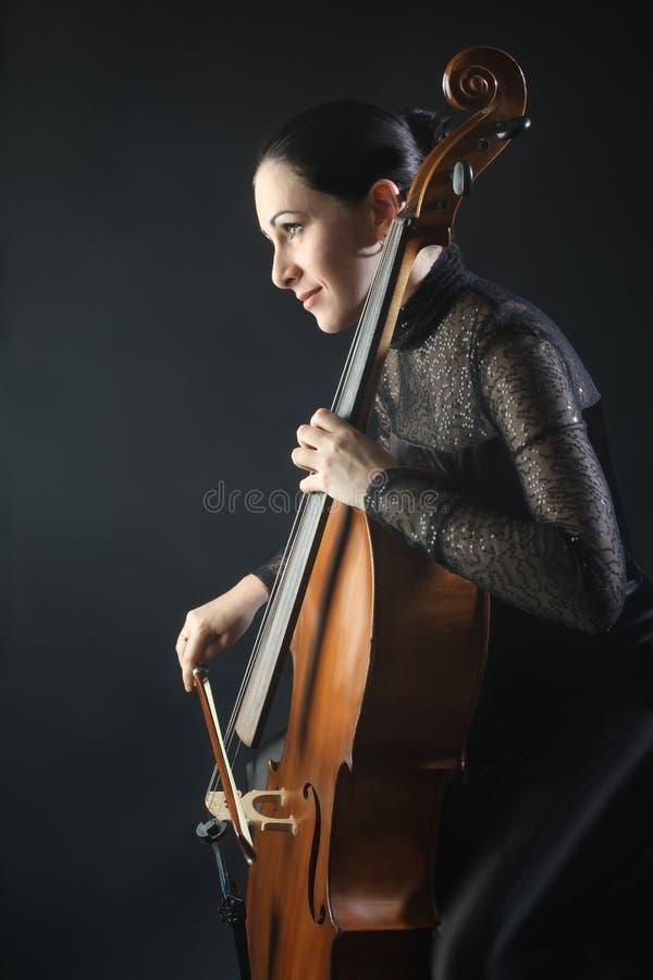 El jugar clásico del violoncelista del violoncelo fotografía de archivo libre de regalías