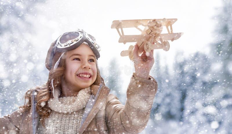 El jugar con el avión del juguete fotografía de archivo