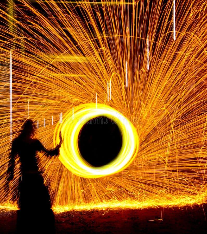 El jugar con el fuego foto de archivo