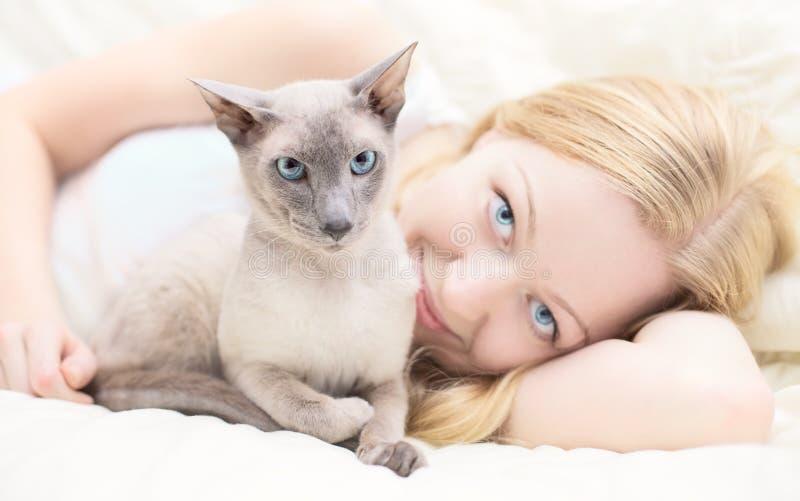 El jugar con el gato imagen de archivo