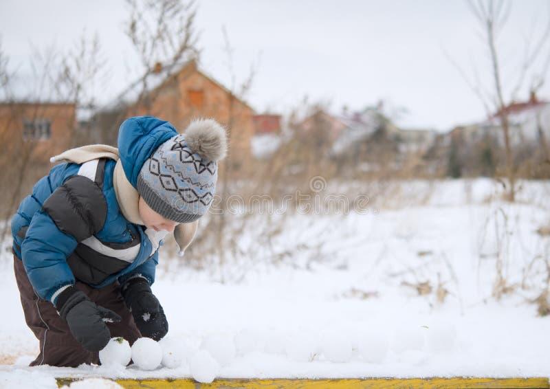 El jugar con el fabricante de la bola de nieve fotos de archivo libres de regalías