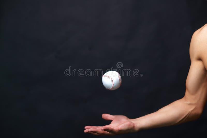 El jugar con la bola del béisbol imagen de archivo libre de regalías