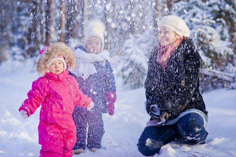 El jugar con nieve foto de archivo