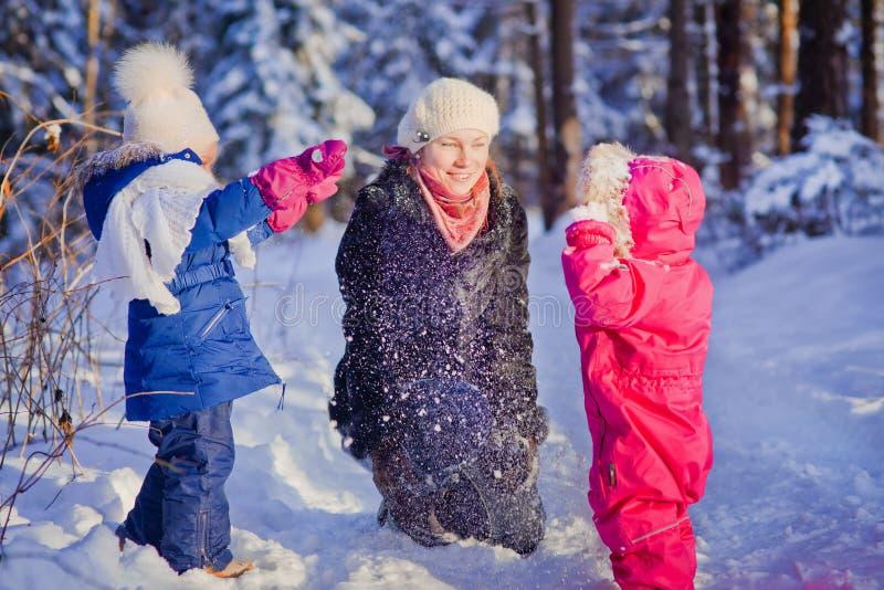El jugar con nieve fotos de archivo libres de regalías
