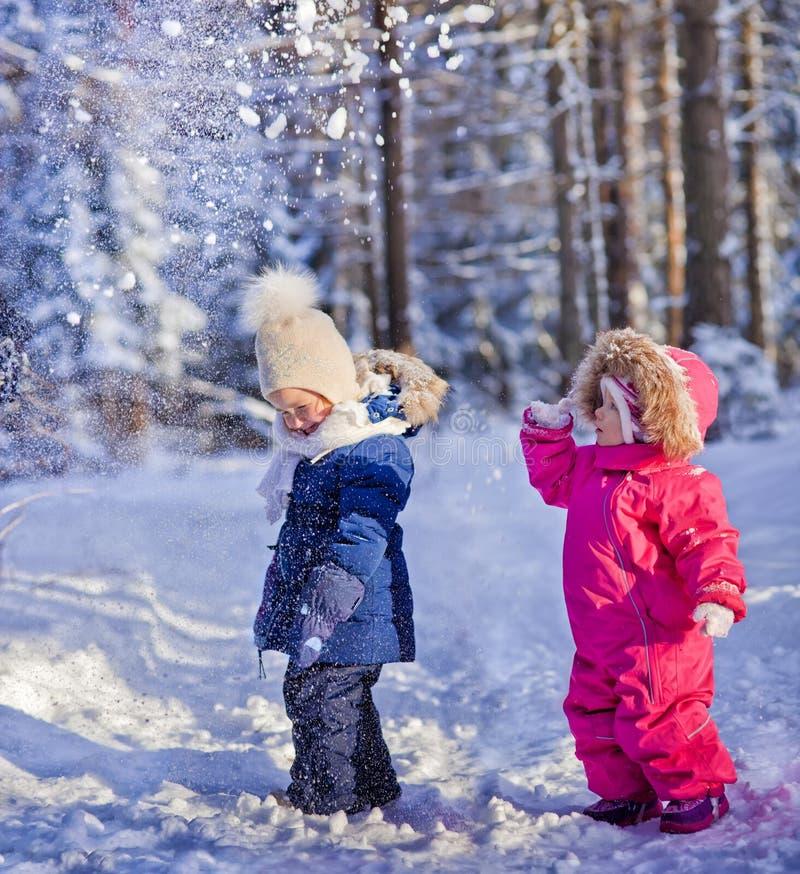 El jugar con nieve imagen de archivo libre de regalías