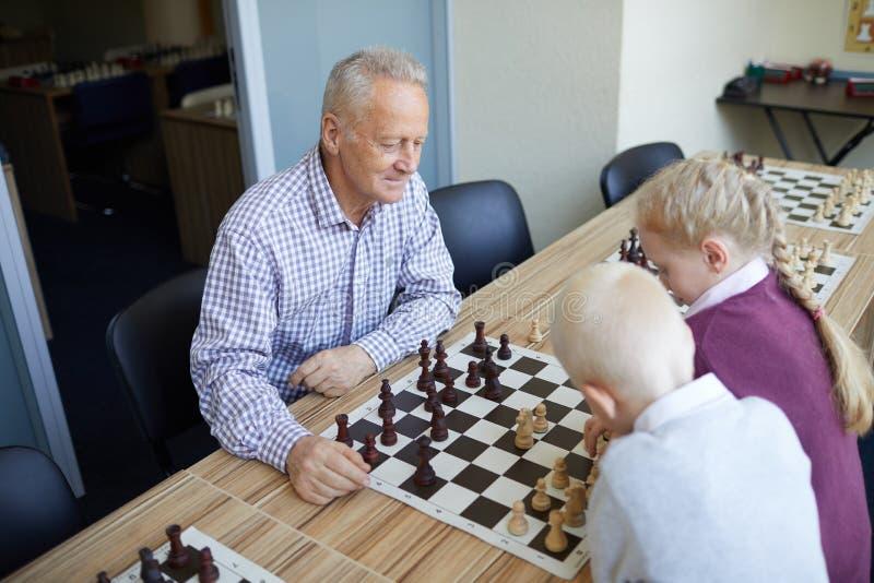 El jugar de abuelo contra grandkids fotos de archivo