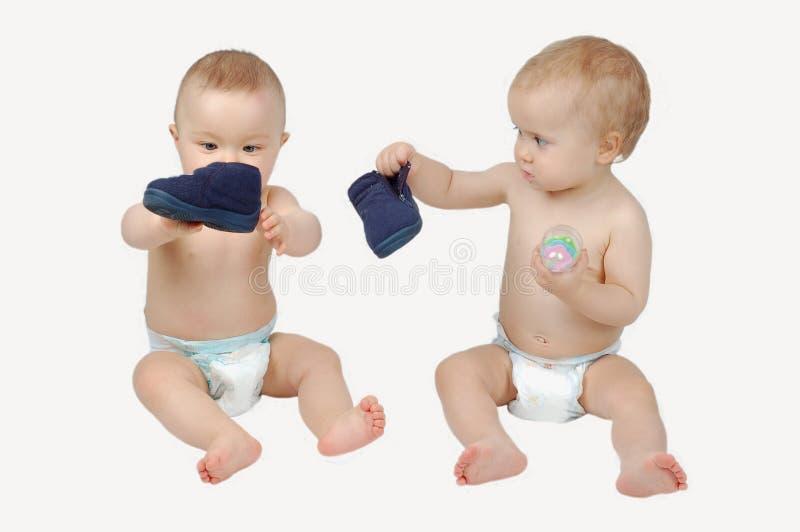 El jugar de dos babys fotografía de archivo