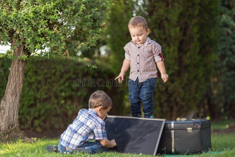 El jugar de dos hermanos fotografía de archivo
