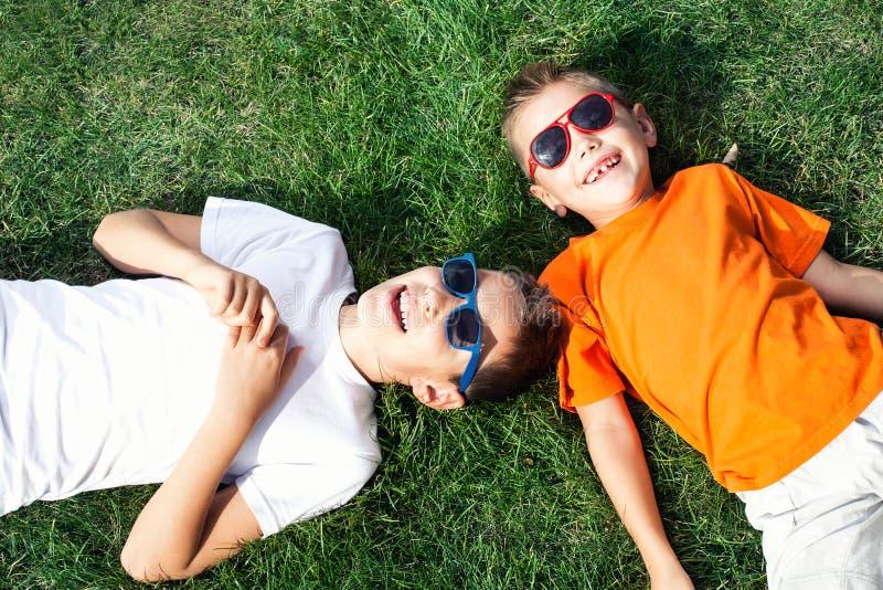 El jugar de dos hermanos al aire libre foto de archivo libre de regalías