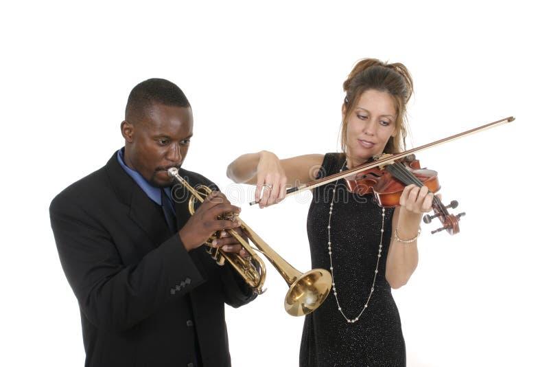 El jugar de dos músicos fotografía de archivo libre de regalías