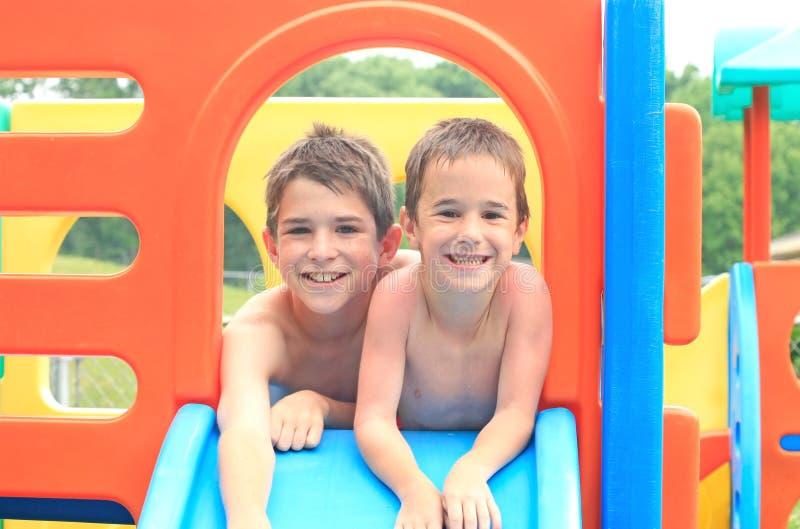 El jugar de dos muchachos fotografía de archivo libre de regalías
