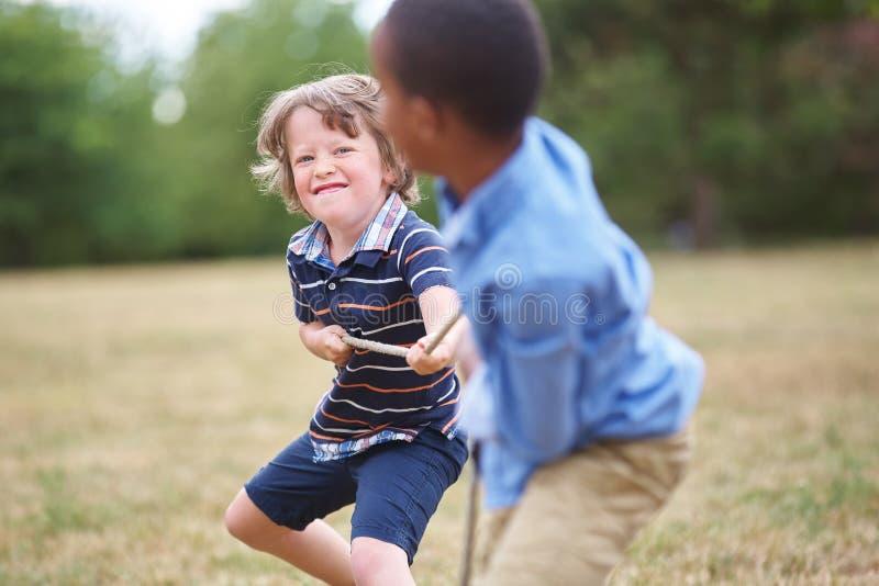 El jugar de dos muchachos imagen de archivo