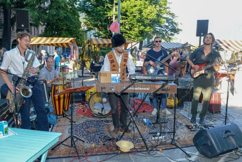 El jugar de Graham Mushnik y de la banda vivo en el festival de los Buskers foto de archivo libre de regalías